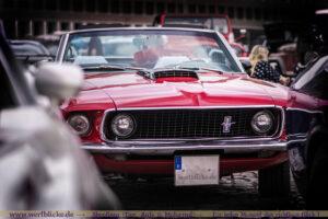 Mustang bei einem Autotreffen