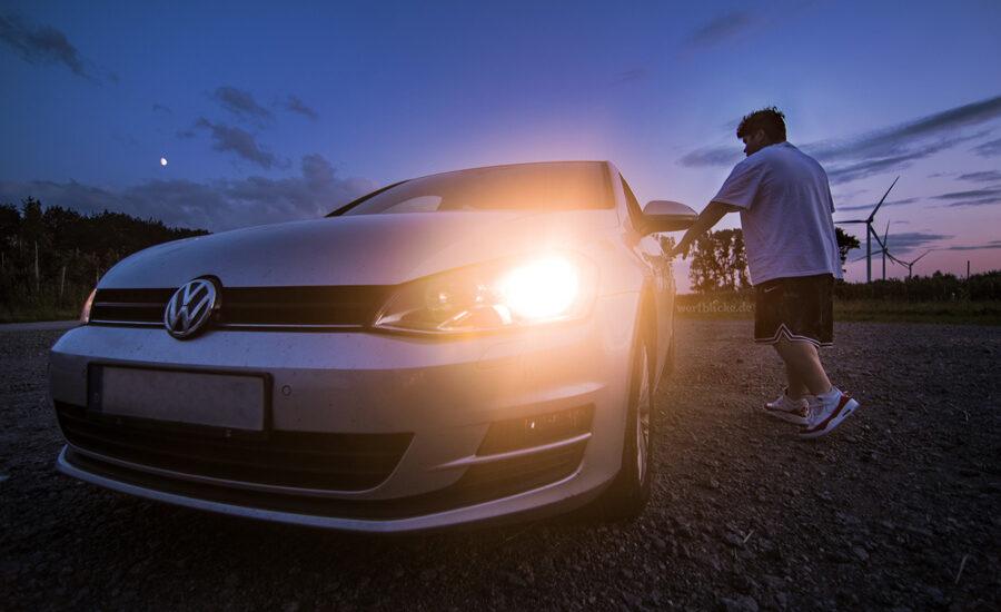 Vw Golf und Fahrer bei Sonnenaufgang mit FishEye