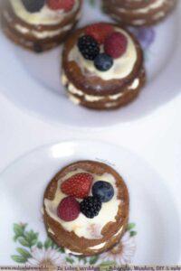 Schoko-Früchte-Kuchen auf Blumengeschirr
