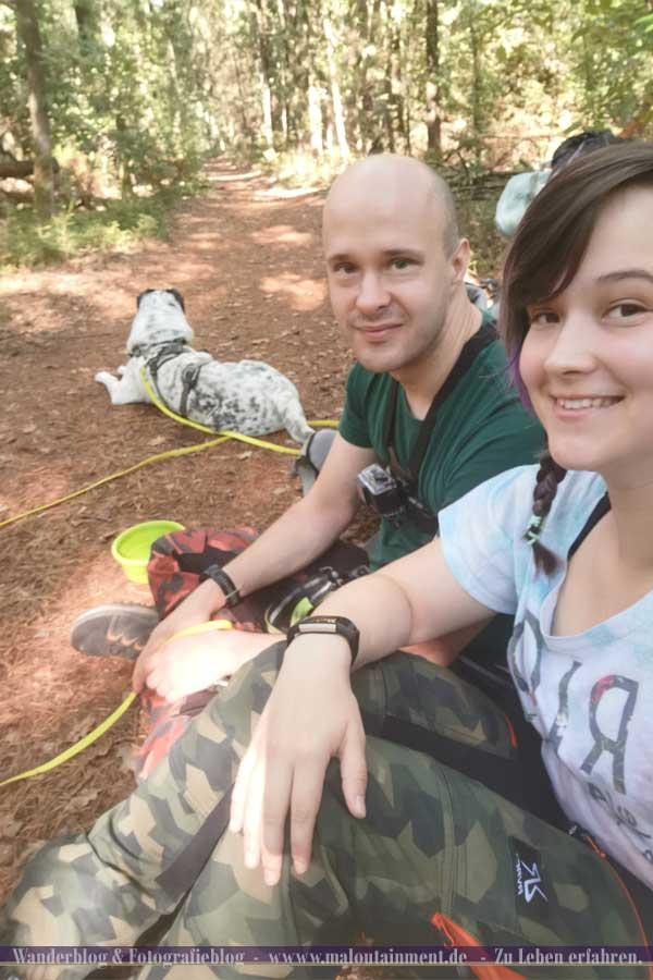 Pause auf dem Heidschnuckenweg mit Hund