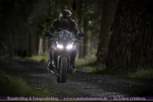 Motorradfahren auf unebener Strecke